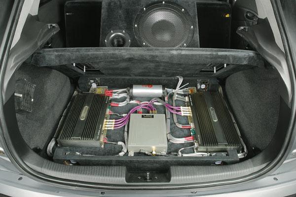 Фальшпол поднимается вместе с сабвуфером, открывая доступ к электронике.
