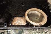Тонкая операция.  Видны четыре шурупчика, прижимающие обшивку к подиуму.