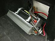 Конденсатор подключается к бортовой сети через схему зарядки.