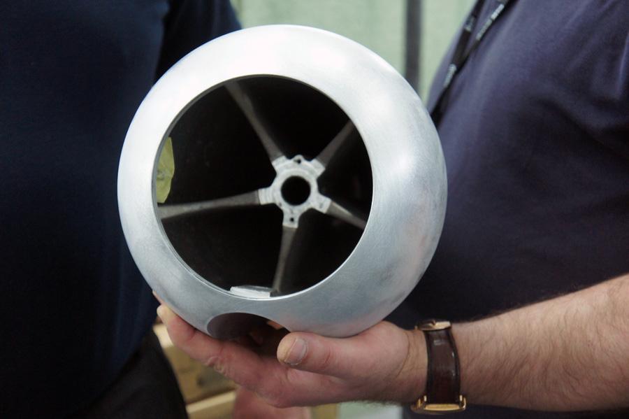 Корпус СЧ-излучателя выполнен из алюминия