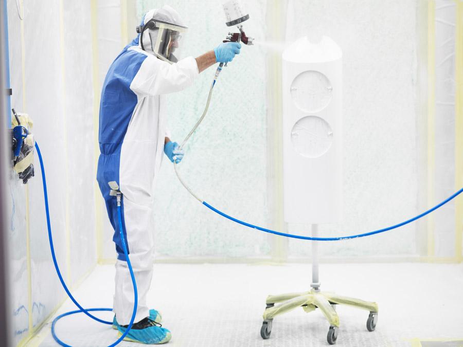 В цеху окраски трудятся не только автоматы, но и люди