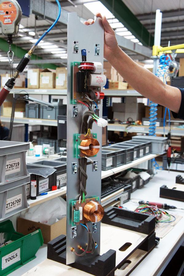 Кроссовер смонтирован на алюминиевой плите, закрывающей колонку сзади