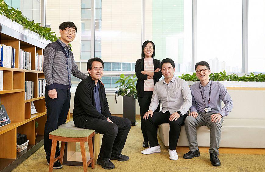 (Слева направо) Кванг-хи Ким (Kwang-Hee Kim), Тэхён Ким (Taehyung Kim), Эунджу Джанг (Eunjoo Jang), Сунгву Ким (Sungwoo Kim) и Сеон-Мионг Чой (Seon-Myeong Choi) из SAIT