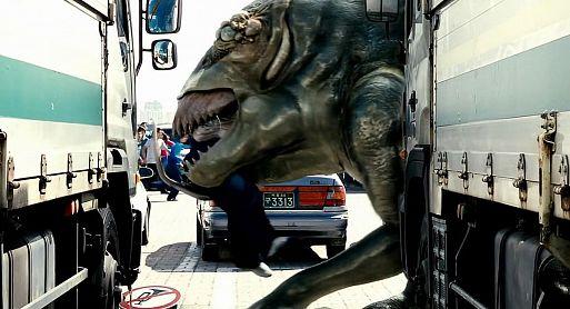 «Вторжение динозавра» / Gwoemul (2006)